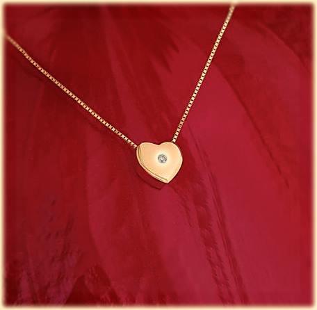 Спечелете златен медальон сърце с диамант 0,028ct