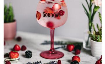 Спечелете електрическа тротинетка и стъклени комплекти Gordon's Pink
