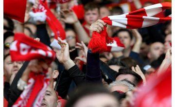Спечелете 60 футболни фланелки и 300 оригинални шала Liverpool FC